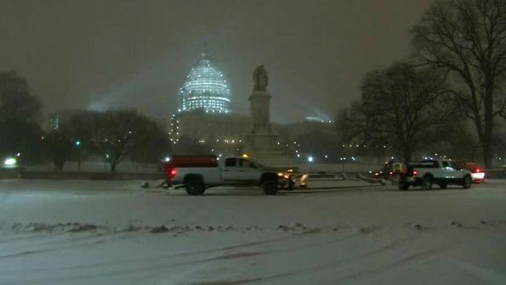 In der Nacht zu Samstag kam es in mehreren US-Bundesstaaten im Osten der USA aufgrund des schlechten Wetters zu schweren Autounfällen. Fluglinien haben viele Flüge gestrichen. http://www.bild.de/video/clip/wetter/mehrere-tote-bei-wintersturm-usa-agvideo-44270008.bild.html