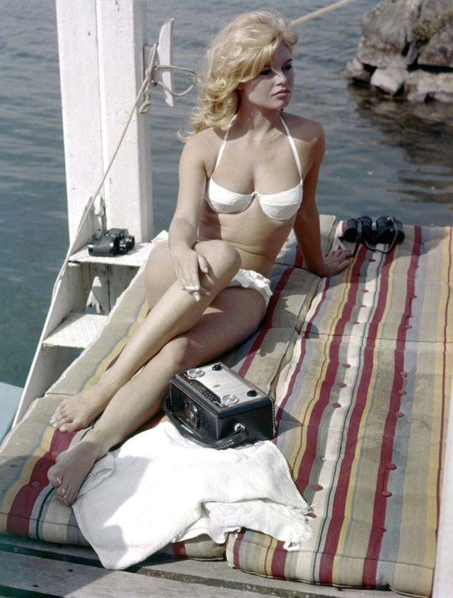 Brigitte Bardot Beach Side In 20 Vintage Photographs Bardot Bikini Brigitte Bardot Swimsuit Inspiration