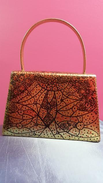 Bolsa retrô dourada lisa, ilustrada por Vilmalou.