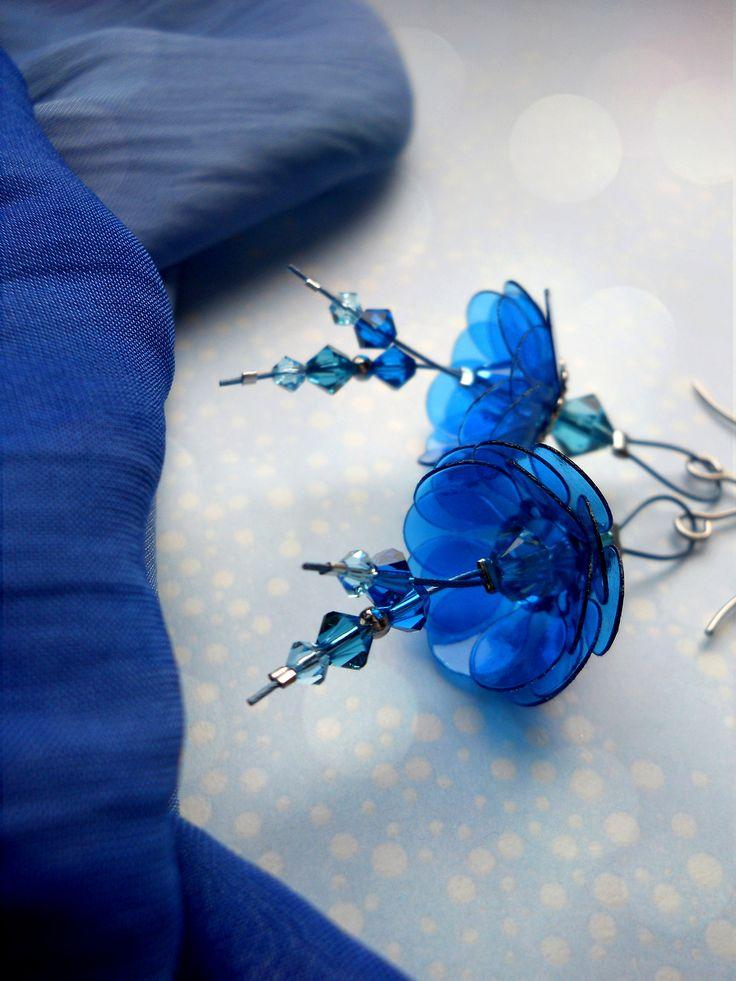 Element modré... Náušnice zdobí složené kvítky vyrobené z modrých plastických hmot, doplněné skleněnými broušenými Swarovski perlami a kovovými komponenty v odstínu platiny, vše zavěšené na nylonovém lanku. ⓑⓨ ⓜⓐⓚⓔⓑⓐ