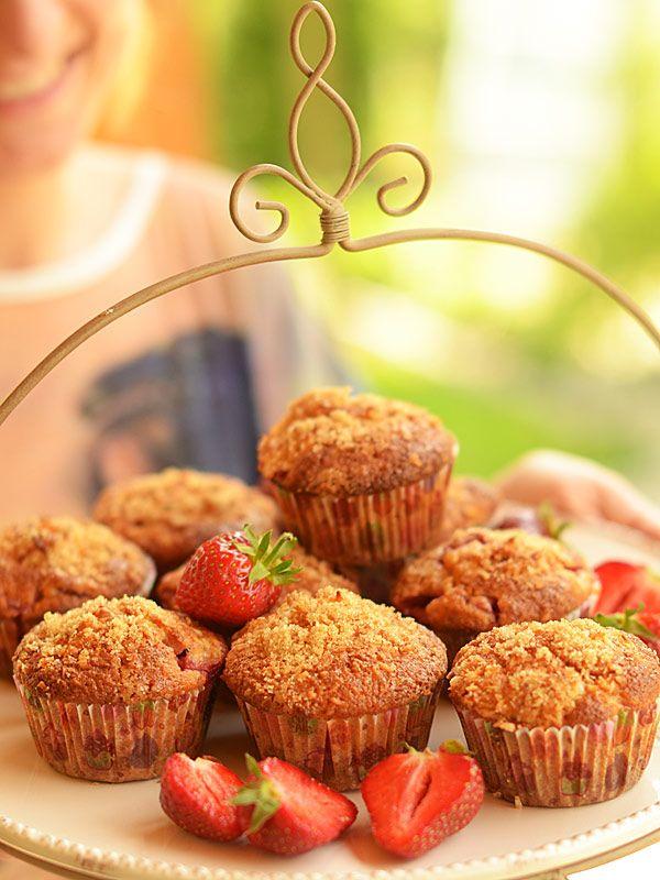 Muffiny truskawkowo - kokosowe: Wilgotne i... soczyste :) Dużo w nich truskawek, dużo wiórków kokosowych.