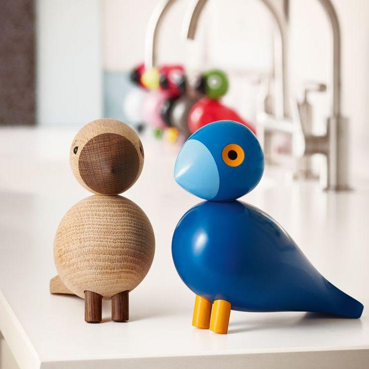 KAY BOJESEN - Holzfigur Singvogel Kay, 15cm | SCHÖNER WOHNEN-Shop Kay hat den Namen seines Designers erhalten, welcher die Farbe blau liebte. Er war stets entweder mit einem einwandfreiem blauen Anzug mit Hemd und Krawatte bekleidet oder zog seinen weißen Arbeitskittel über. Den Singvogel zeichnete Kay Bojesen in den 50-er Jahren. Er ging jedoch, ebenso wie seine fünf farbenfrohen Geschwister, niemals in Produktion.