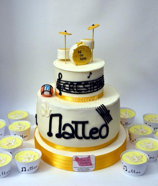 Sweet Table Cresima: Torta e Cupcake(gluten free) con piccole colombe decorate in stile Thun. Batteria interamente personalizzata e modellata a mano, come il pentagramma con chiave di violino e le altre decorazioni musicali