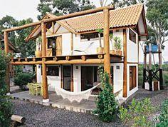 Munido de amplas aberturas que deixam entrar a luz natural, este refúgio de 72 m² em Florianópolis conta com janelas de réguas de angelim e portas de pínus. Aparente, a armação de madeira funciona como um pórtico e enfeita a construção. Projeto de Oscar Miletti.