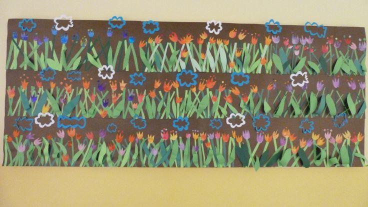 Záhon plný tulipánů a modré nebe