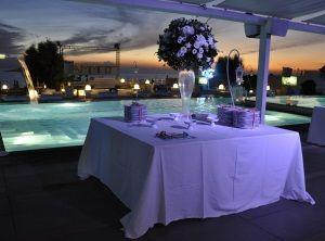 Romantiche luci del tramonto per un matrimonio in spiaggia perfetto.