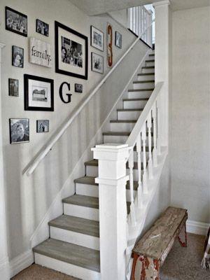 Nas escadas, lembre-se de alinhar os quadros como se estivessem subindo para o próximo andar da casa. Assim não tem erro!