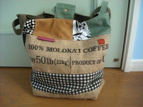 コーヒー豆麻袋、デニム、レトロな花柄、チェック、秋色のこっくりとした色合い&素材をパッチワークして仕上げた斜めがけバッグ。裏地はカーキのコール天生地で...|ハンドメイド、手作り、手仕事品の通販・販売・購入ならCreema。