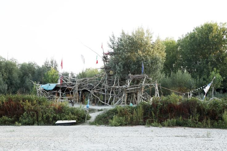 """Alberto Manotti, detto """"Il Re del Po"""", ha costruito un immenso castello di rami raccolti in Po, un luogo di divertimento per i bambini e per gli adulti, la sua seconda casa, che resiste alle alluvioni e alle correnti del fiume.  G.Conti, """"Il grande fiume Po"""".   foto © Marzia Lodi"""