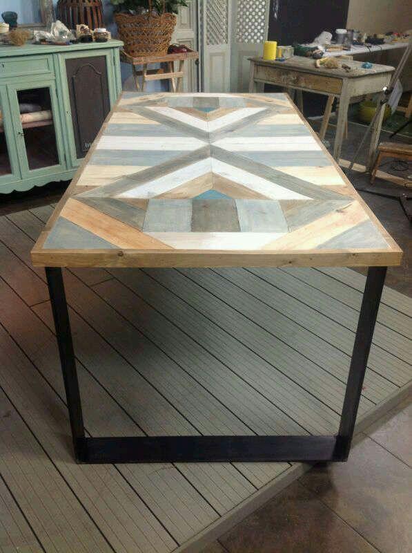mesa comedor con mosaico colores realizada con madera reciclada deunarbol madrid