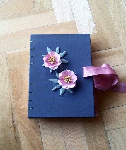 Libro de firmas en tela de lino azul con bonito lazo para el cierre y pequeñas flores de papel como adorno