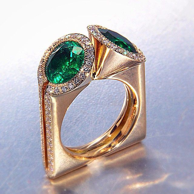 Ring by Scavia. Yellow gold, emeralds, diamonds.