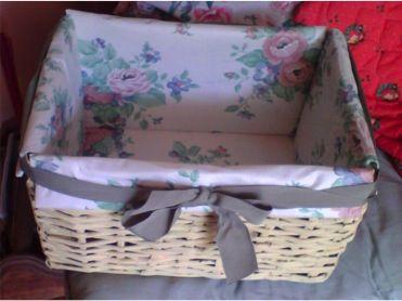 Cesterìa, canasta tejida con periòdico, cartòn, sobrantes de tela y liston, pintura acrìlica color paja