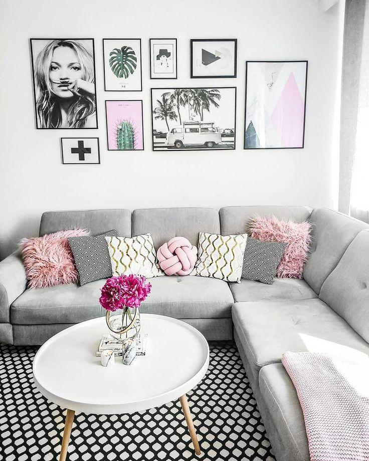 Modern Vibes! In diesem wunderschönen Wohnzimmer kann man sich nur Wohlfühlen. Ein super bequemes Sofa, eine einzigartige Gallery Wall, frische Blumen und tolle Wohntextilien, wie das Kissen Knot sorgen für einen modernen Look! // Wohnzimmer Sofa Kissen Teppich Couchtisch Gallery Wall Bilderwand Blumen Vase Skandinavisch Grau #Wohnzimmer #Wohnzimmerideen #Sofa #Kissen #Teppich #Couchtisch #GalleryWall #Bilderwand #Skandinavisch #Blumen #Vase #Deko #Dekoration @sylwiasku