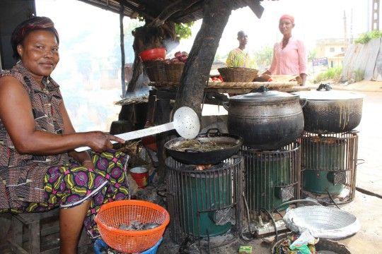 """L'Organisation Non Gouvernementale  """"L'Autre Vie"""" fait la promotion du cuiseur solaire en substitution au bois-énergie. Une technologie moderne pour répondre aux besoins des populations surtout celles rurales, qui n'ont pas les moyens de s'acheter du gaz butane pour la cuisson alimentaire. « Cuiseur Solar Mivo »"""