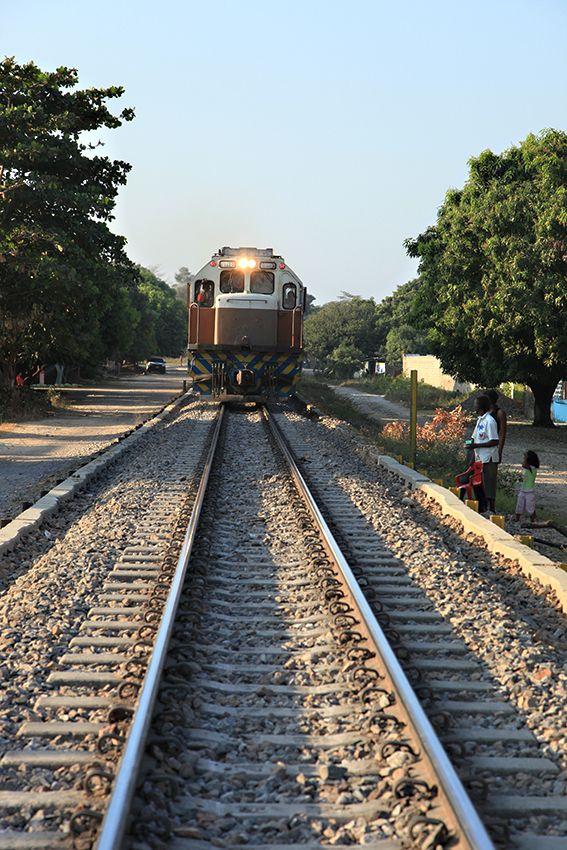 Tren que atraviesa la línea férrea de Aracataca