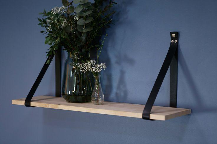 STAY Hylle i eik med svart læroppheng.  Se mer på www.elmholtshop.com