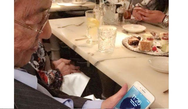 Sweet macam baru bercinta! Cucu kongsi gambar Tun M yang jadikan gambar lucu isterinya sebagai wallpaper telefon   Sweet macam baru bercinta! Cucu kongsi gambar Tun M yang jadikan gambar lucu isterinya sebagai wallpaper telefon  Umurnya yang sudah mencapai 92 tahun bukanlah penghalang kepadanya untuk terus menunjukkan rasa romantis kepada isterinya semuanya terbongkar selepas Ally Mukhriz yang merupakan cucu kepada bekas perdana menteri Tun Dr Mahathir Mohamad memuatnaik sebuah gambar sweet…