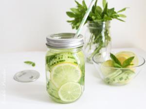 Detox water à la menthe, citron, concombre & pomme verte