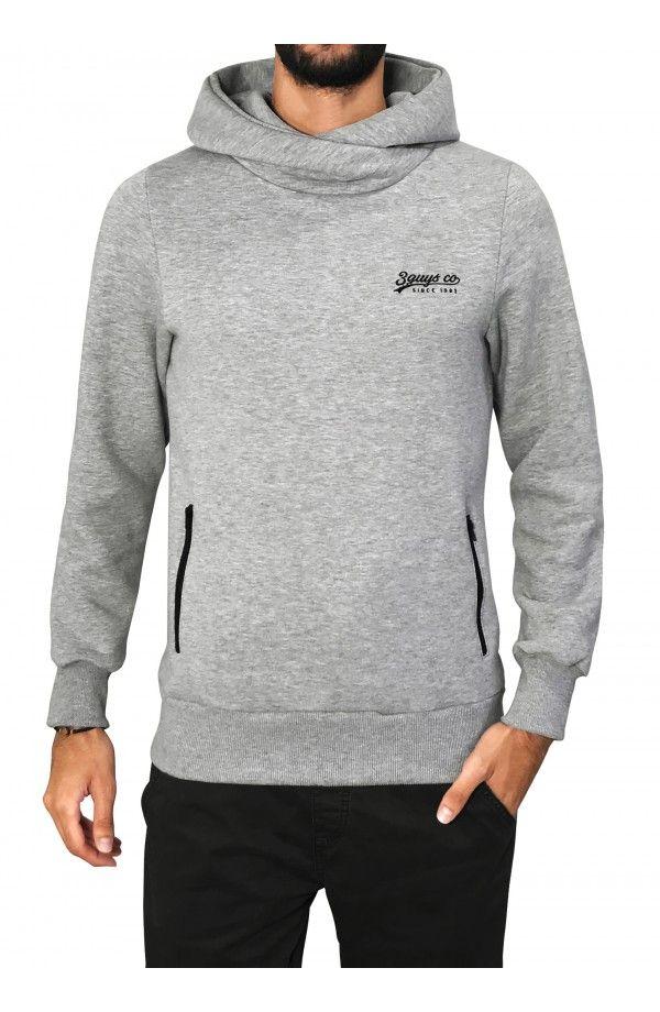 a532de16d86 3GUYS μπλούζα φούτερ σε κανονική γραμμή, με κουκούλα και φερμουάρ. Το ρούχο  έχει κέντημα στο στήθος. Το μοντέλο της φωτογ…
