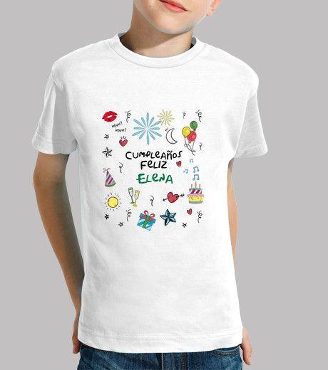 Camiseta con motivos de cumpleaños deseando un feliz día. Puede ser un detalle especial para sorprender a tu hijo o un regalo original. En este caso va añadido el nombre del destinatario pero se puede poner la fecha, una dedicatoria. Le hará sentir único.