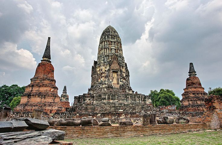 Wat Ratchaburana was founded in 1424 by King Borommarachathirat II on the cremation site of his two elder brothers. The two brothers had fought to their deaths in a duel for the royal succession.