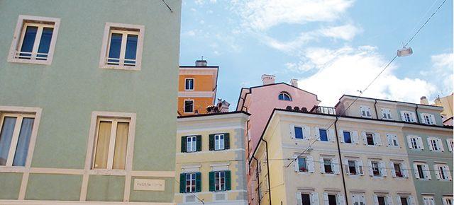 Trieste ha una scontrosa grazia. Se piace, è come un ragazzaccio aspro e vorace, con gli occhi azzurri e mani troppo grandi per regalare un fiore… http://itinerari.comune.trieste.it/