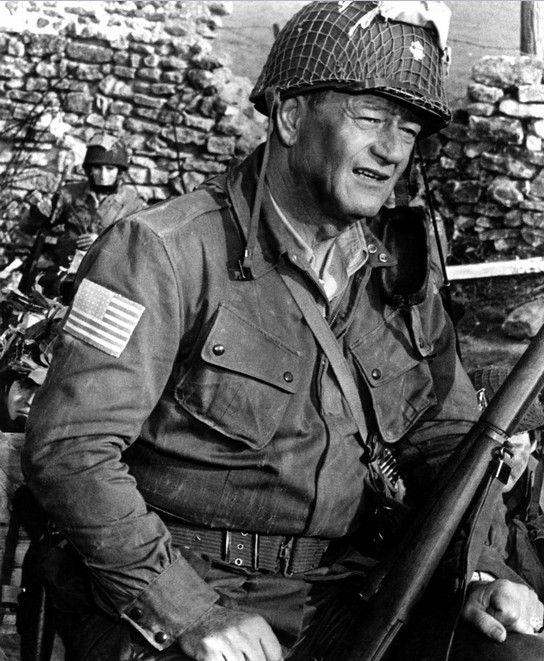 """John Wayne dans """"The Longest Day"""" (1962), l'aile droite l'aime et l'appelle un «héros», mais il n'a jamais servi un jour dans l'armée américaine, et a joué seulement les parties de héros dans ses films, dont il a obtenu versé des millions pour avoir agi."""