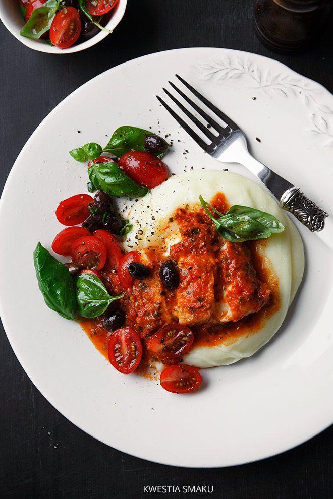 Dorsz z pomidorowym sosem.