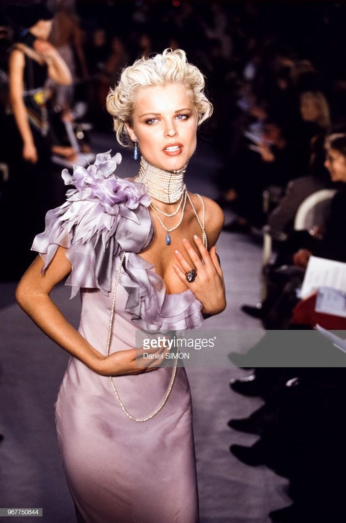 Eva Herzigova Lors Du Defile Haute Couture Christian Dior Lace Wedding Dress Vintage Bride Dress Lace Simple Wedding Dress Country