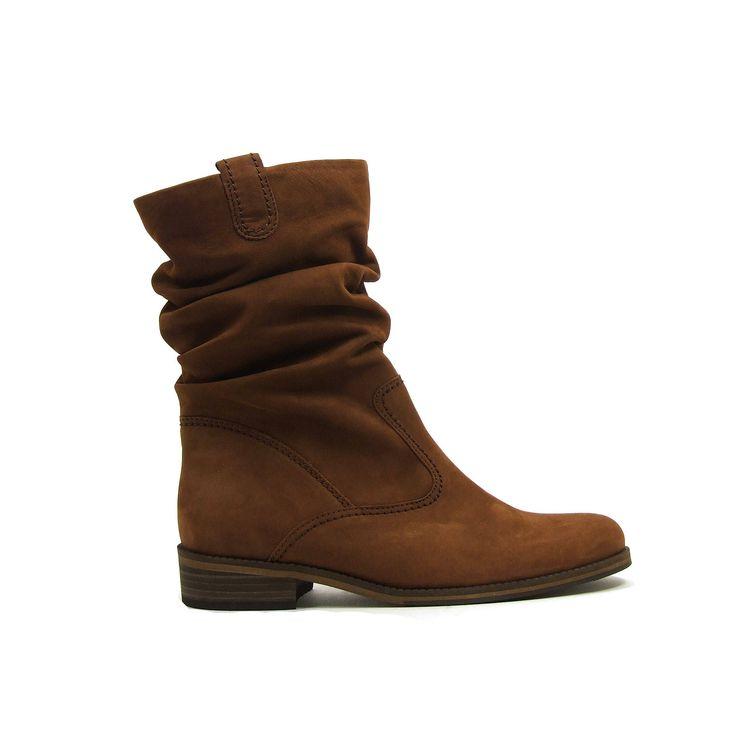 Drie kwart dames laarzen van Gabor,model 92-792! Ook bij deze fraaie laarzen van Gabor geldt less is more. De laarzen zijn van Nubuck leer in een warme bruine kleur, waarbij de korte schacht geplooid is. Aan de binnenkant een lange rits om de laarzen makkelijk aan en uit te trekken. De loopzool is van rubber, de dames laarzen hebben een platte rubber zool.