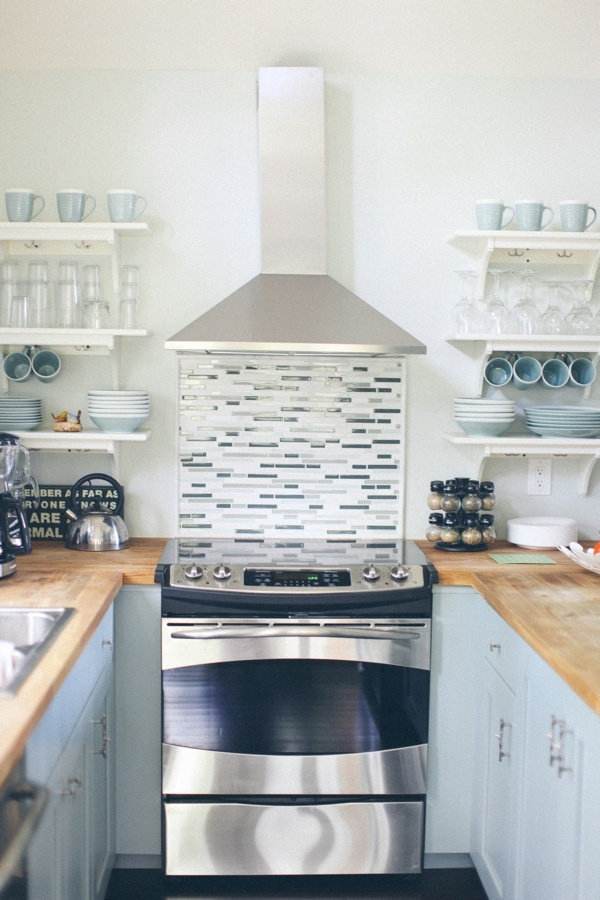 beach kitchen via: The Colorful Living Project