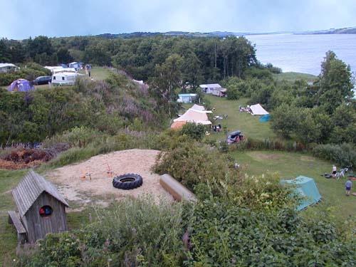 Denemarken - Muziek camping  -Vanuit de openhaardvuurruimte  kijkje  op de speelplaats voor de kleine kinderen en uitzicht over het meer Tjele Langsø.Ontmoetings plaats voor mensen die van live muziek houden.
