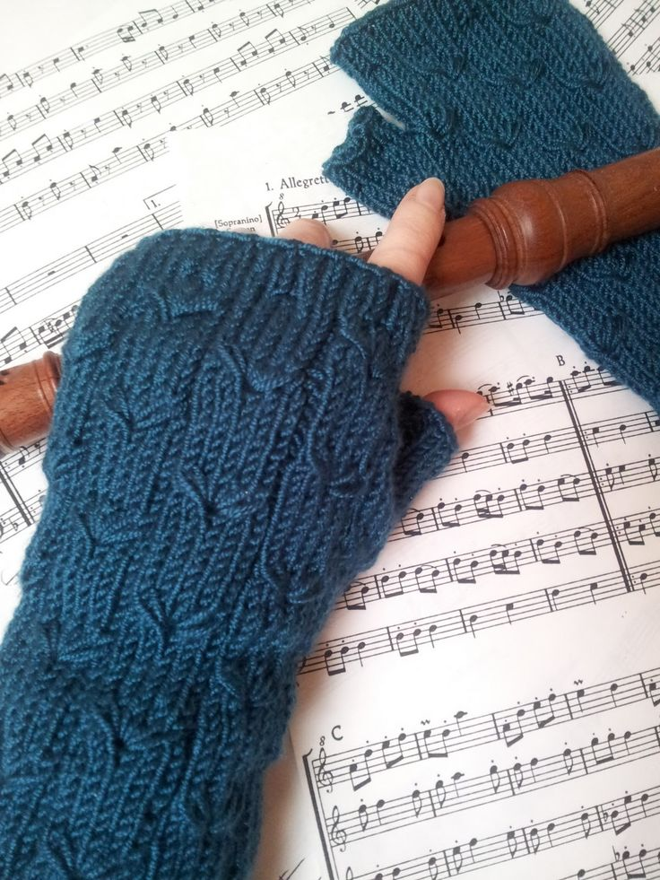 Free Knitting Pattern: Margarete Fingerless Gloves US 4 Needles