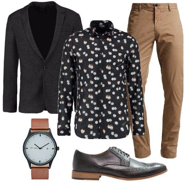 Un look per l'ufficio un po diverso dal solito caratterizzato da una camicia in cotone con stampati tanti dadi. Il pantalone che accompagna la camicia è modello chino in beige, mentre la giacca è nera. Le scarpe sono stringate ed eleganti e l'orologio ha la fibbia in pelle.