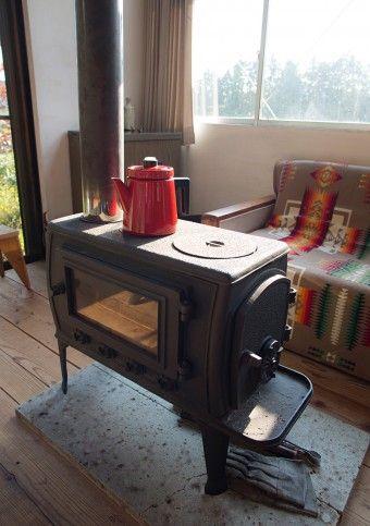 「国産のストーブは、ホームセンターなどでも買えるものです。使い勝手がとてもいいです」。冬の朝に灯油のストーブを補助的に使えば、この薪ストーブだけで家は一日中暖かいのだとか。