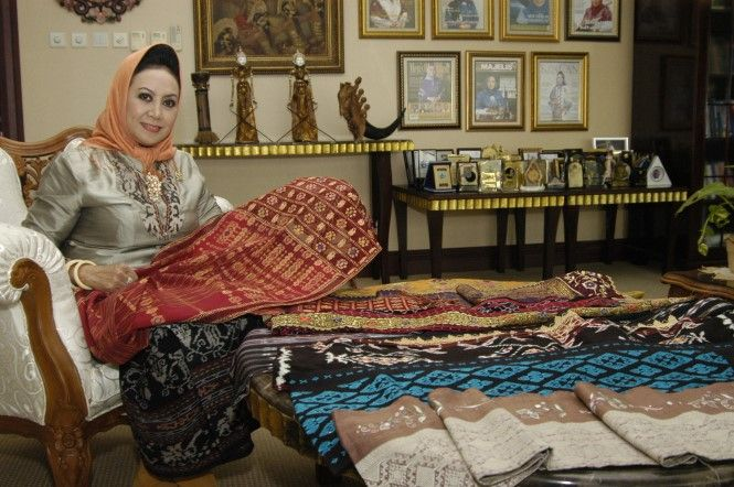 Melani Leimena Suharli | Terpincut Wastra Nusantara