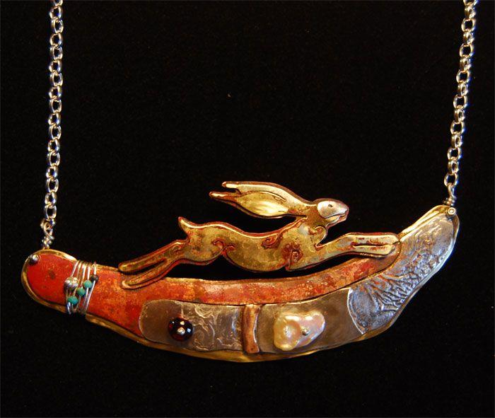 Collier conçu par Sara Lloyd Morris, d'un lièvre sur un paysage ancien