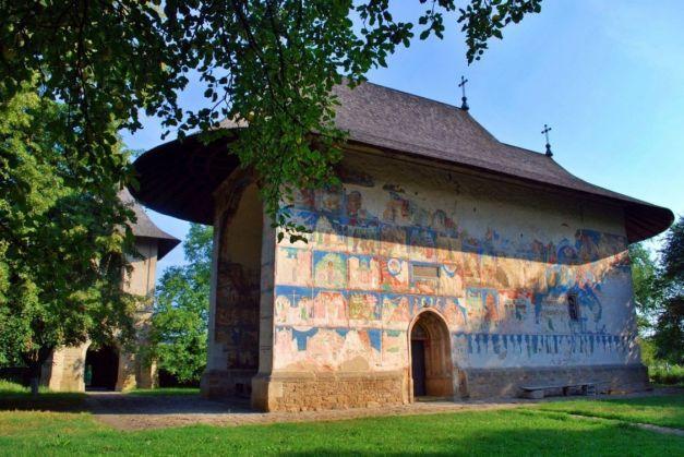 Secretele mănăstirilor bucovinene: culori misterioase, desene ale semnelor zodiacale sau portrete ale învăţaţilor din Grecia Antică | adevarul.ro