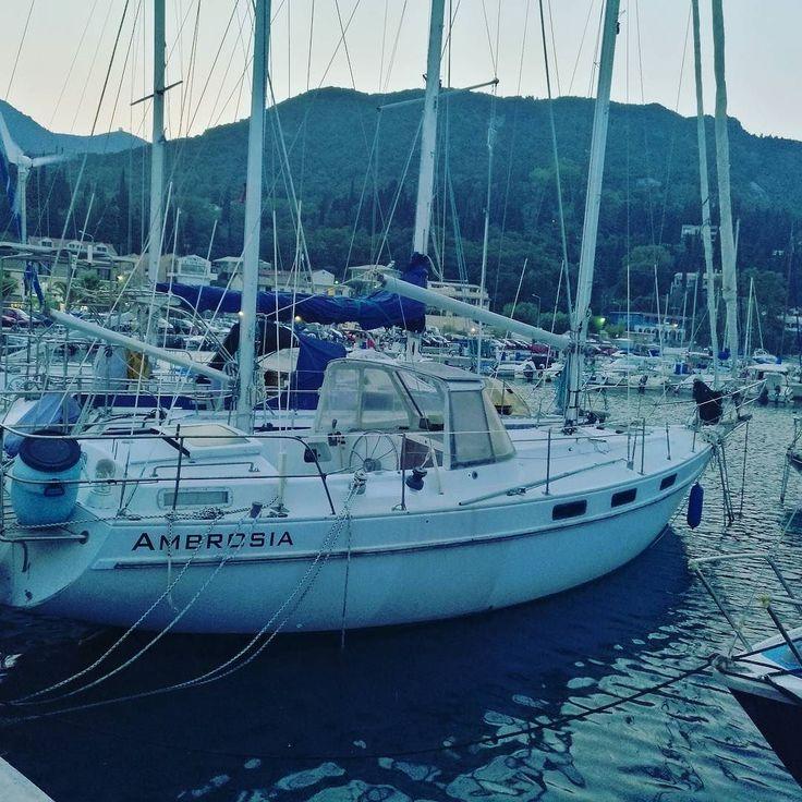 Portul Benitses Corfu. Pe înserat.