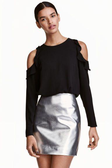 Blusa de crepé hombros cut-out: Blusa en tejido de crepé con hombros cut-out con volantes. Modelo de manga larga, abierto detrás y con botones a lo largo de la espalda. Corte holgado.