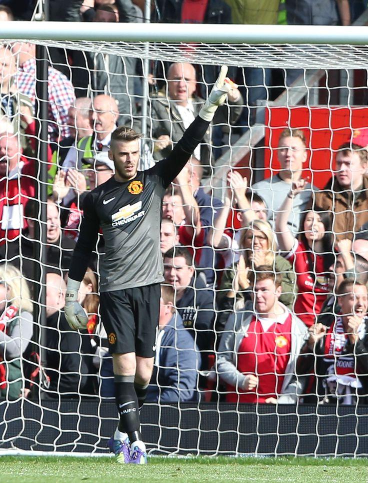 @manutd's David De Gea commands his area during this Premier League match against Evetron.