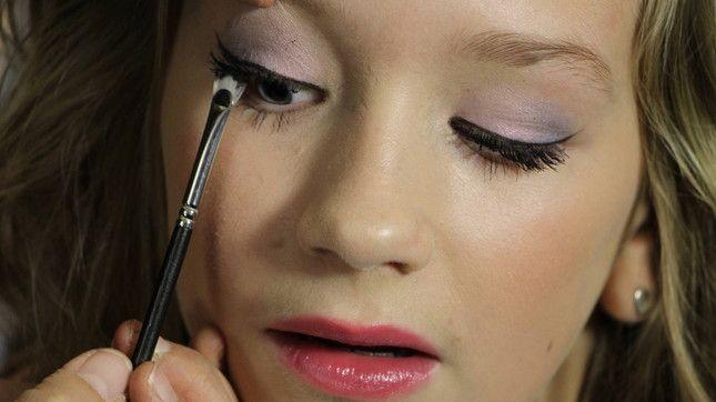 Mascara met klontjes.. het blijft iets waar we vaak mee te maken hebben! Wil je weten hoe je zonder klontjes mascara aan kan brengen? Kijk dan op onze site naar deze tip!