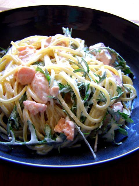 Špagety s lososem, rukolou a zakysanou smetanou