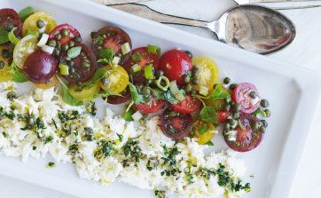 "Tomatsalat med mild, frisk mozzaralla er bare så godt. Her er en ny version med syrlige kapers og en skøn ""gremolata"" med ansjoser, hvidløg og citron oven på osten"
