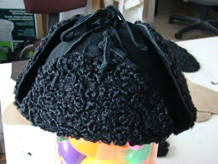 Un chapeau aviateur fait entièrement de matières récupérées....dont un vieux manteau de mouton des années tranquilles.  Plus de détails : http://zonsoleil.canalblog.com/archives/2013/12/29/28787123.html