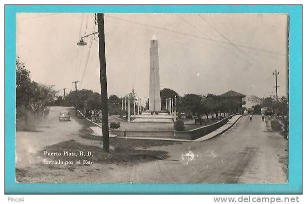 Parque de la Restauración con obelisco íntegro,símbolo de hegemonía durante el régimen trujillista,luego fue cortado quedando un bloque rectangular vertical. fuente: delcampe.net