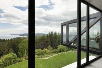 The use of large windows underlines a constant connection between the interior and nature, including the lake and the forest