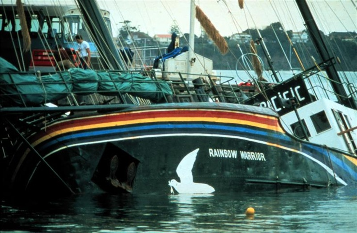 La Rainbow Warrior al porto di Auckland dopo l'esplosione di due bombe dei servizi segreti francesi. Era il 7 luglio del 1985.