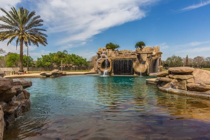Keenan McCardell may just have the coolest backyard ever. Check out the former NFL WR's epic water slide.